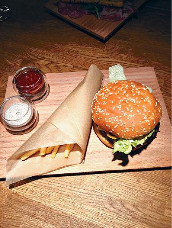 「PMI」的招牌漢堡包