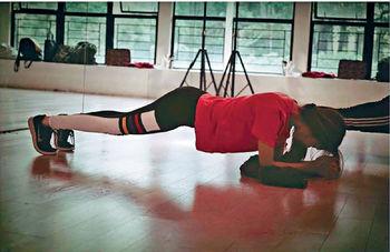 ■為應付演唱會上的現代舞蹈,Fiona連月來不停操練體能和身體柔軟度。