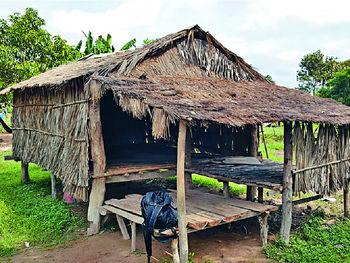 ■柬埔寨的山區村民大多居於這種簡陋草木屋中,環境惡劣。