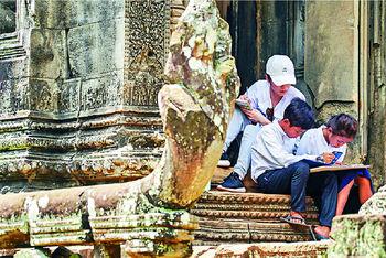 ■楊柳青帶兩小孩走到吳哥窟古跡參觀和寫生。