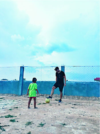 ■灰熊跟孤兒院小孩玩遊戲,拗手瓜、踢足球,簡單又快樂。