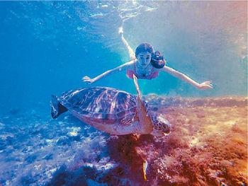 ■熱愛水上活動的Aki,閒時跟朋友潛水作樂。