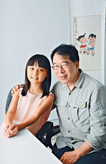 ■韋然與小演員朱曼喬合照。