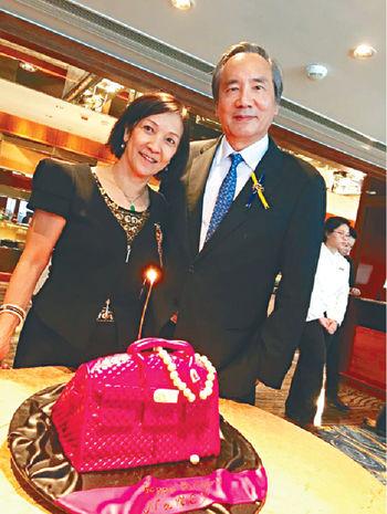 在沙田馬會跟太座和她的「包包蛋糕」合照