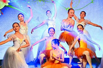 ■當晚其中一場芭蕾舞表演中,仲有胡生兩名小孫女粉墨登場𠻹!