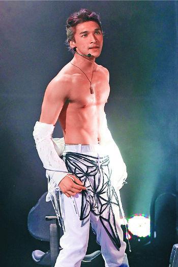■5年前,又南在演唱會除衫晒肌。