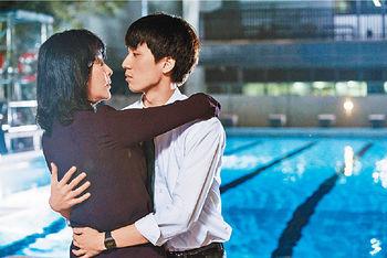 ■吳肇軒(右)在電影《以青春的名義》中與劉嘉玲(左)飾演情侶。
